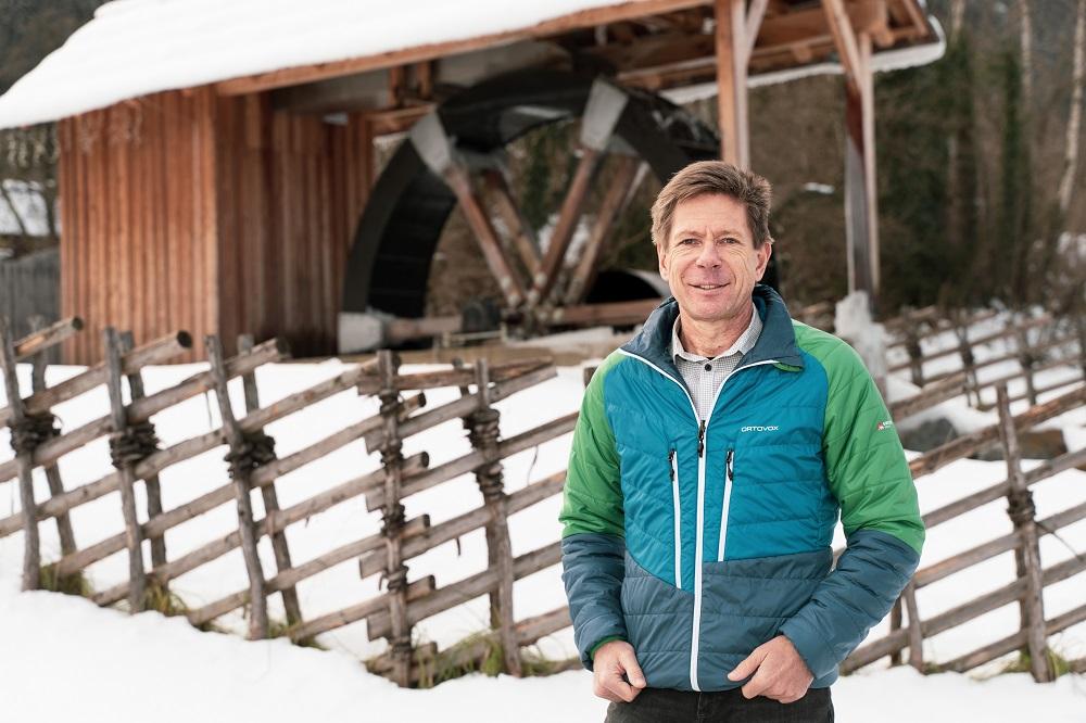Foto von Herrn Bärnthaler vor eine Wassermühle